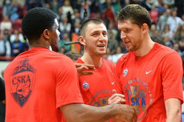Баскетболисты ЦСКА Кайл Хайнс, Виталий Фридзон, Виктор Хряпа (слева направо)
