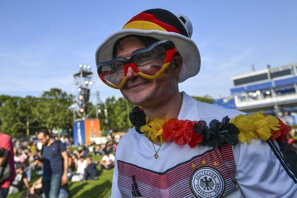 Болельщик в фан-зоне чемпионата Европы по футболу перед Эйфелевой башней в Париже