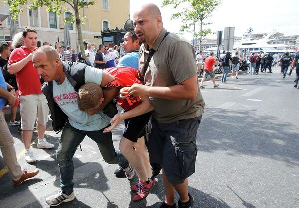 Задержание болельщика во время во время беспорядков в Старом порту Марселя