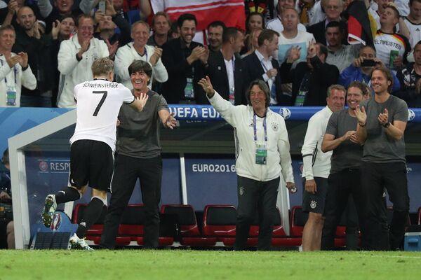 Полузащитник сборной Германии Бастиан Швайнштайгер (слева) и главный тренер сборной Германии Йоахим Лёв