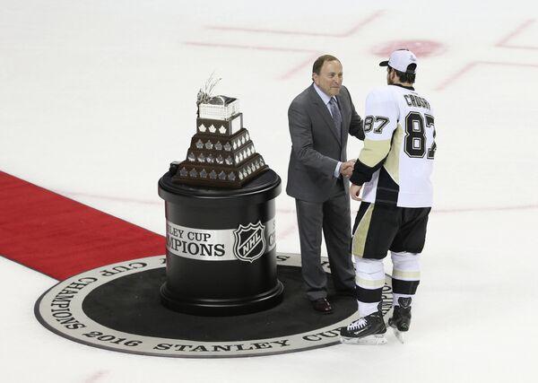 Форвард Питтсбурга Сидни Кросби (справа) получает приз самому ценному игроку плей-офф НХЛ