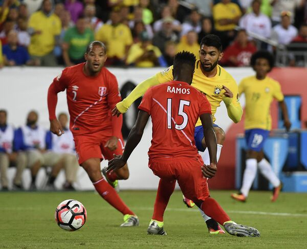 Игровой момент матча Бразилия - Перу на Кубке Америки-2016