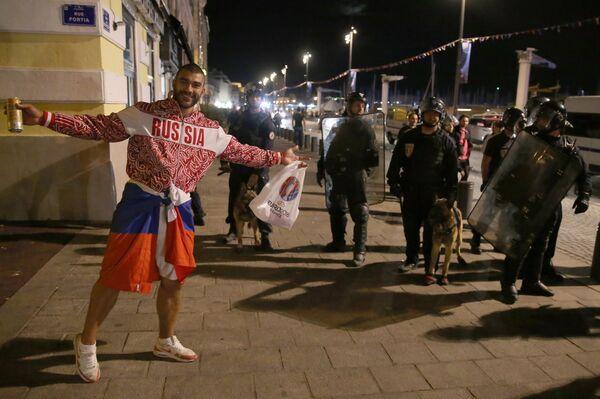 Российский болельщик возле полицейских на одной из улиц Марселя