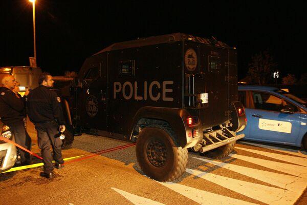 Французская полиция проводит спецоперацию в пригороде Парижа по ликвидации преступника, взявшего в заложники семью