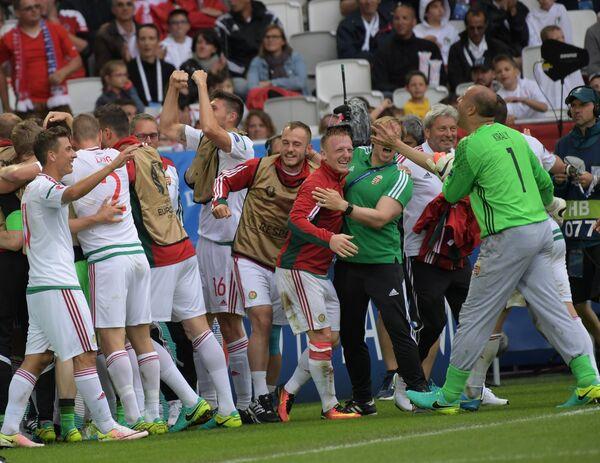 Футболисты сборной Венгрии радуются забитому мячу