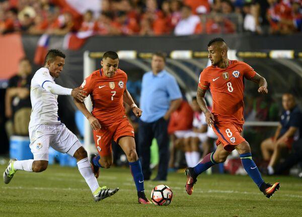 Игровой момент матча Чили - Панама