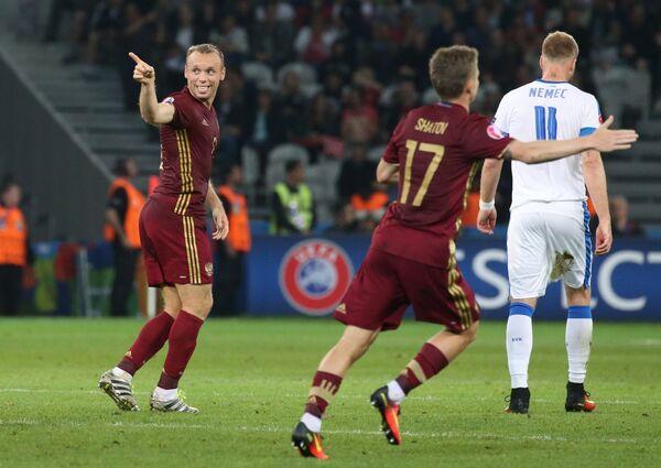 Полузащитник сборной России Денис Глушаков радуется забитому мячу