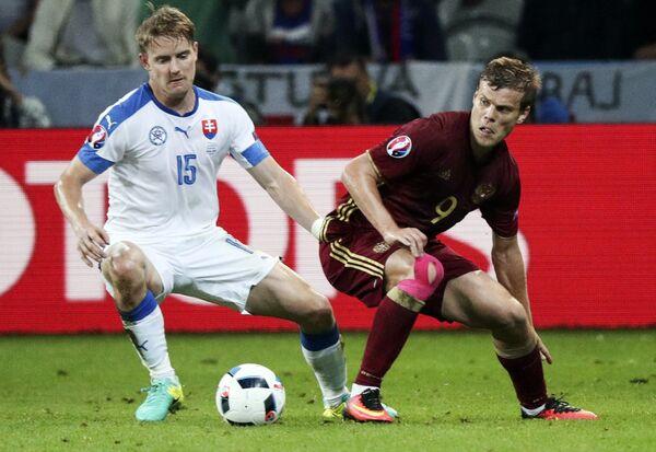 Защитник сборной Словакии Томаш Губочан (слева) и нападающий сборной России Александр Кокорин
