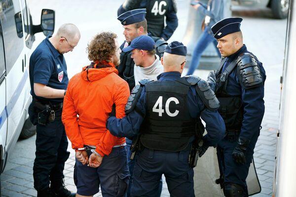 Сотрудники полиции задерживают российского болельщика в Лилле