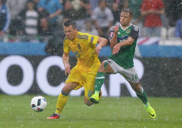 Полузащитники сборной Украины Евгений Коноплянка (слева) и сборной Северной Ирландии Джейми Уорд