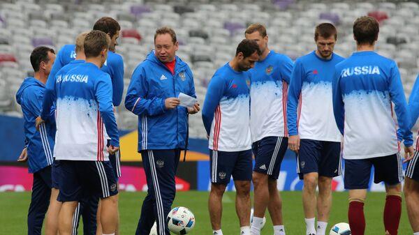 Игроки сборной России по футболу и главный тренер команды Леонид Слуцкий (в центре)