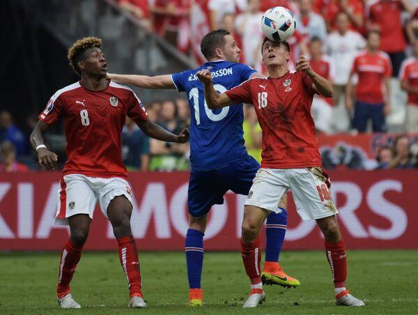 Защитник сборной Австрии Давид Алаба, полузащитники сборной Исландии Гилфи Сигурдссон и сборной Австрии Алессандро Шопф (слева направо)