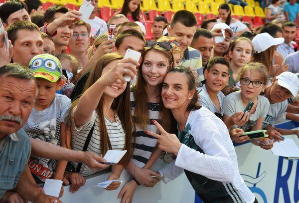 Елена Исинбаева с болельщиками на чемпионате России по легкой атлетике в Чебоксарах