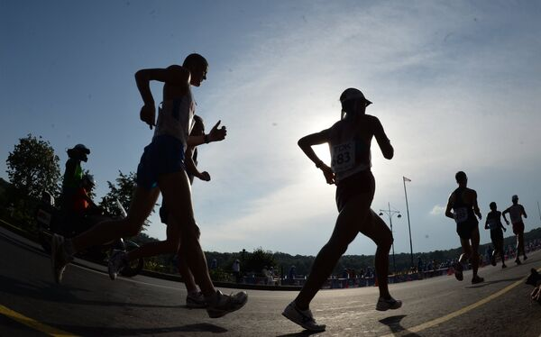 Спортсмены в соревнованиях по спортивной ходьбе на дистанции 20 км