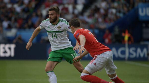 Полузащитник сборной Северной Ирландии Стюарт Даллас (слева) и защитник сборной Уэльса Крис Гантер