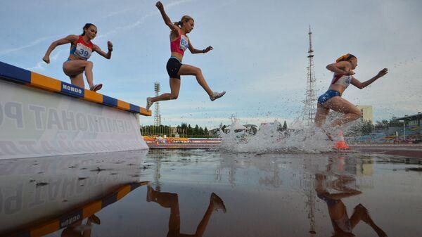 Участницы соревнований в беге на 3000 метров с препятствиями