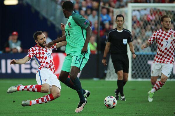 Полузащитник сборной Хорватии Милан Бадель и полузащитник сборной Португалии Вилльям Карвалью (слева направо)