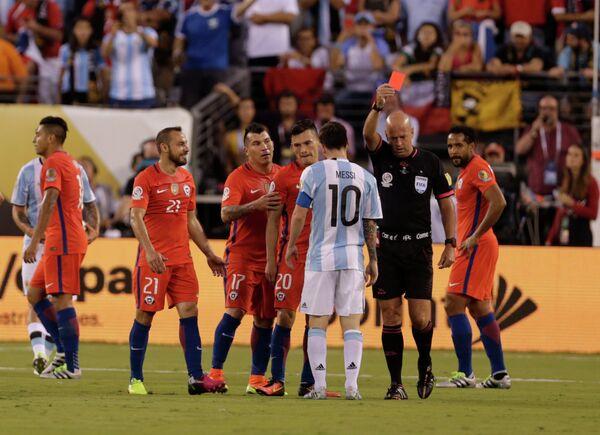 Арбитр Эбер Лопес удаляет полузащитника сборной Чили Марсело Диаса (второй слева)
