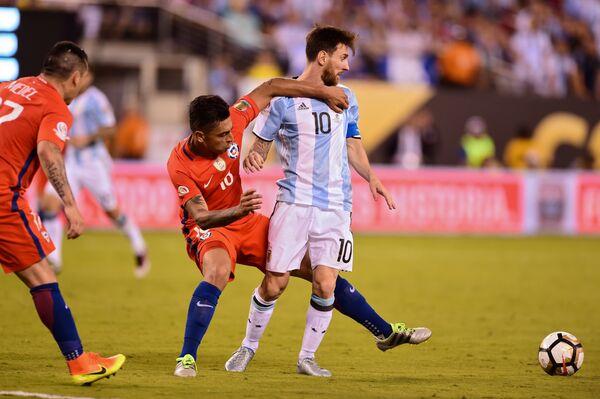 Защитник сборной Чили Гонсало Хара (слева) и нападающий сборной Аргентины Лионель Месси
