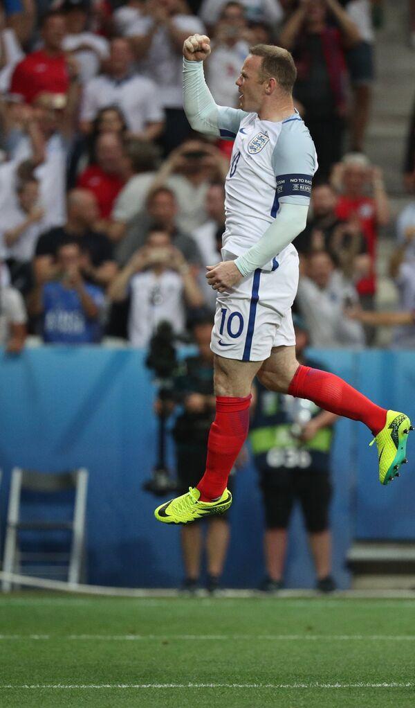 Нападающий сборной Англии Уэйн Руни радуется забитому мячу