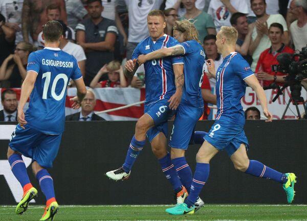 Рагнар Сигурдссон (в центре) с партнерами по сборной Исландии