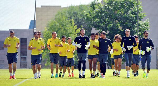 Игроки футбольного клуба Анжи во время тренировки