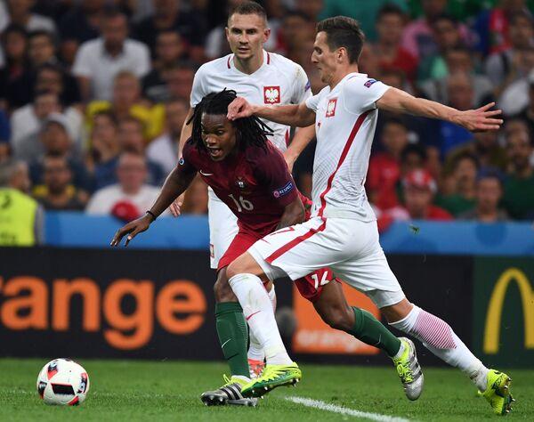 Полузащитник сборной Португалии Ренату Саншеш (слева) и форвард сборной Польши Аркадиуш Милик