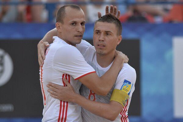 Игроки сборной России по пляжному футболу Николай Крышанов и Илья Леонов (справа)