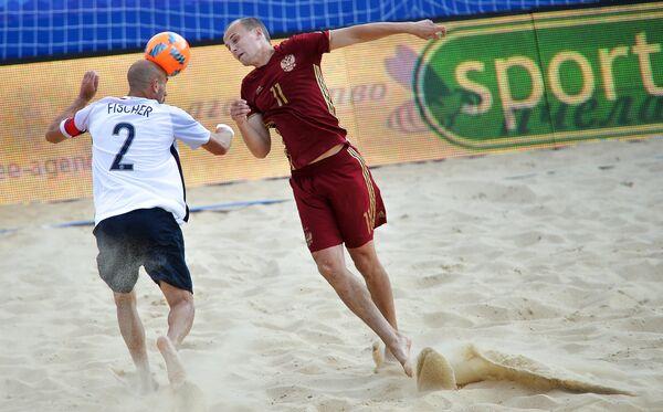 Игрок сборной России Николай Крышанов (справа) и игрок сборной Франции Янник Фишер