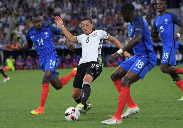 Полузащитник сборной Франции Блез Матюиди, полузащитник сборной Германии Месут Озил и футболисты сборной Франции Мусса Сиссоко и Поль Погба (слева направо)