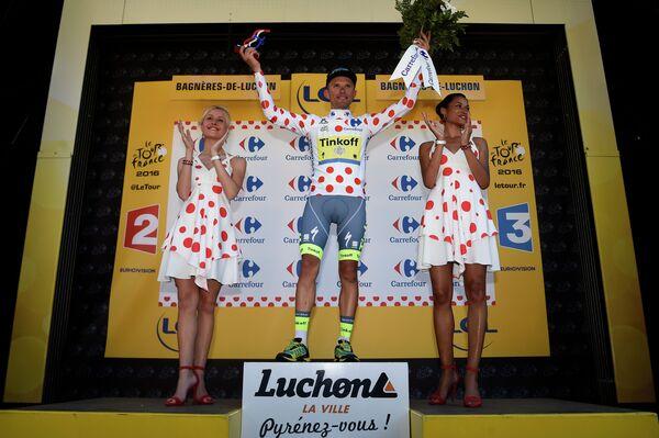 Польский велогонщик российской Tinkoff Рафал Майка (в центре)