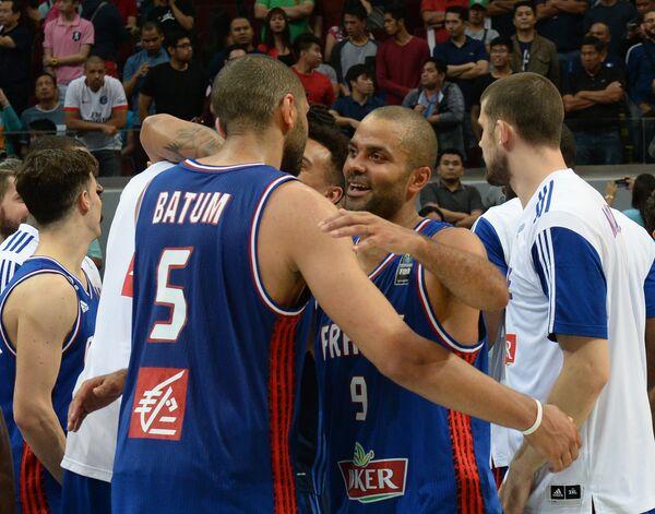 Баскетболисты сборной Франции Николя Батюм и Тони Паркер (слева направо на первом плане)