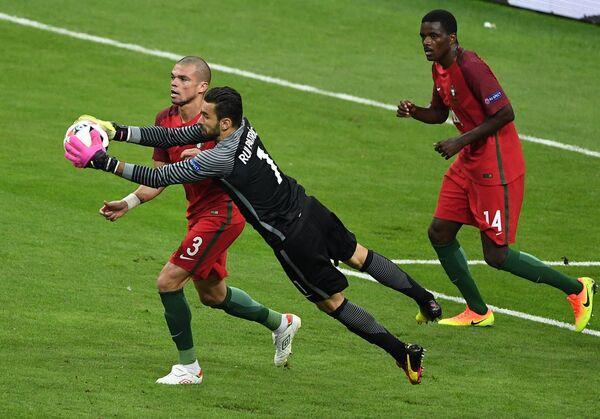 Защитник сборной Португалии Пепе, вратарь сборной Португалии Руй Патрисиу и полузащитник сборной Португалии Виллиам Карвалью (слева направо)