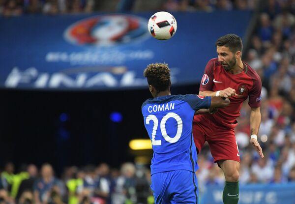 Полузащитник сборной Франции Кингсли Коман и полузащитник сборной Португалии Жоау Моутинью