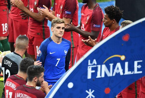 Нападающий сборной Франции Антуан Гризманн (в центре)