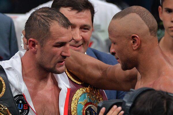 Сергей Ковалёв (Россия), победивший в бою против Айзека Чилемба (Малави) (справа)