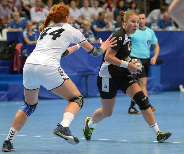 Игрок сборной России Валентина Вернигорова (слева)