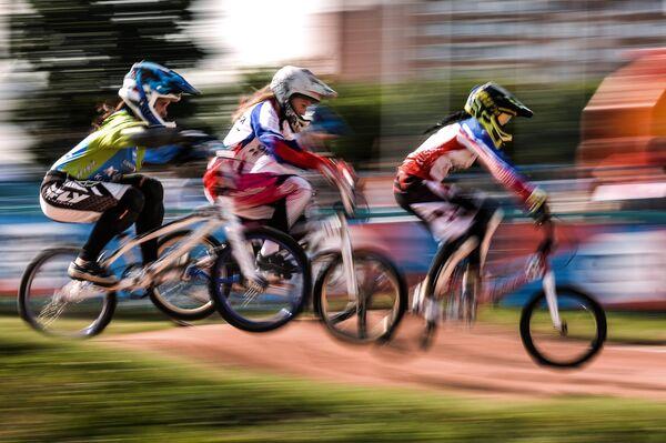 Спортсменки во время заезда на чемпионате России по велоспорту BMX в Москве