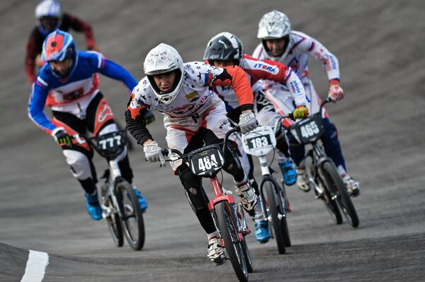 Александр Завьялов (в центре) на чемпионате России по велоспорту BMX в Москве