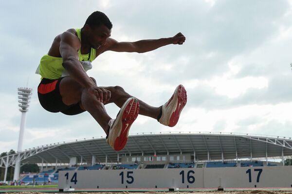 Люкман Адамс во время соревнований в тройном прыжке среди мужчин Кубка России по легкой атлетике