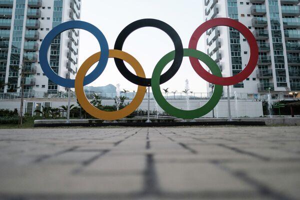 Олимпийские кольца в олимпийской деревне Игр в Рио-де-Жанейро